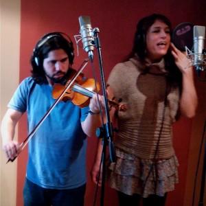Alicia Ramos y Manu Míguez grabando
